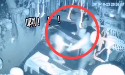 Cô gái sợ hãi nắm tay 'ma' chạy ra khỏi ngôi nhà kinh dị