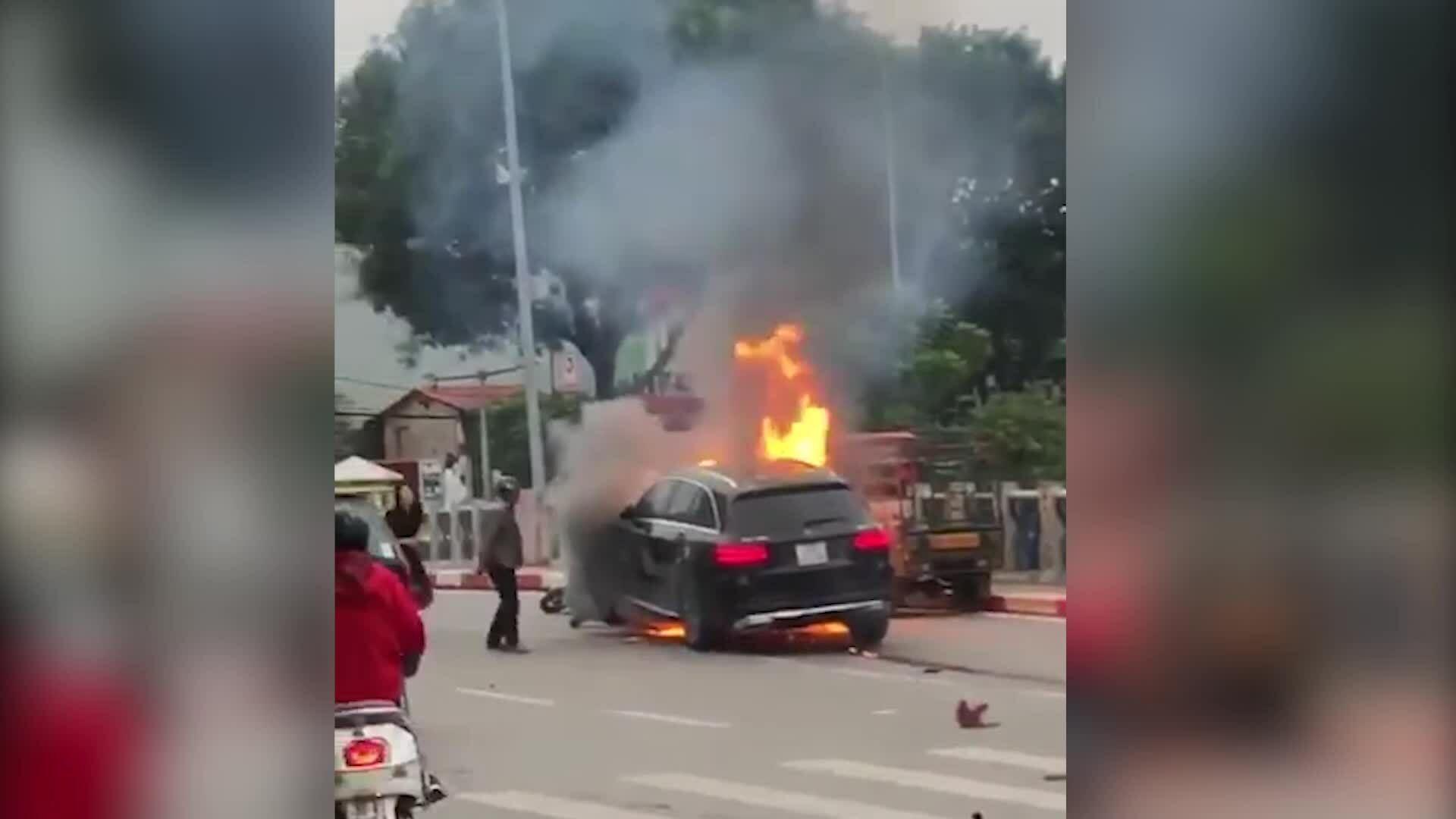 Mercedes đâm liên hoàn rồi phát nổ một phụ nữ tử vong