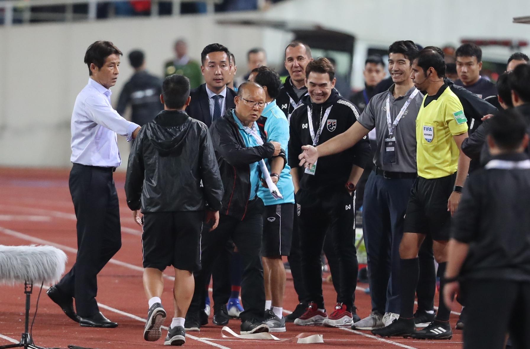 Ông Park bức xúc vì nụ cười mỉa của BHL đội Thái Lan