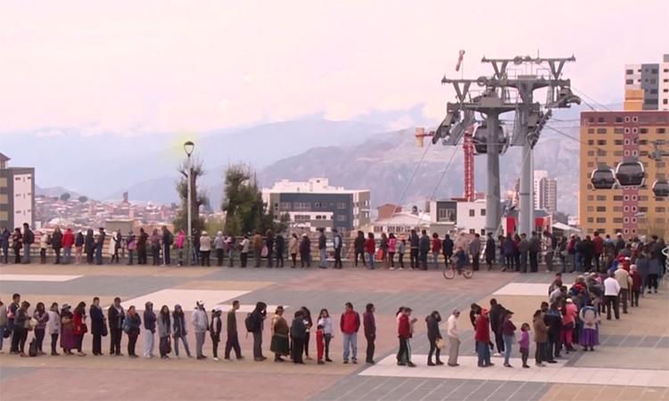 Dân Bolivia xếp hàng dài chờ mua nhu yếu phẩm