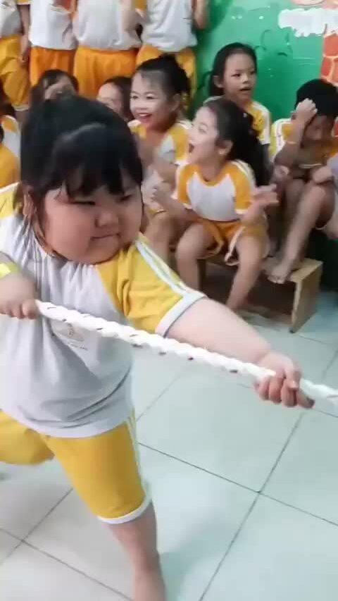 Biểu cảm 'cưng xỉu' của bé gái khi kéo co