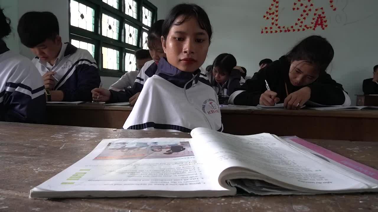Nữ sinh Ba Na 12 năm viết chữ bằng chân