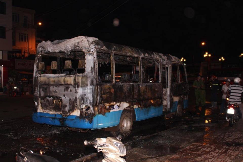 Ôtô 24 chỗ cháy rụi khi đậu trên đường