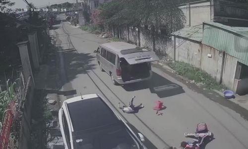Ba học sinh rớt từ trên xe đưa đón