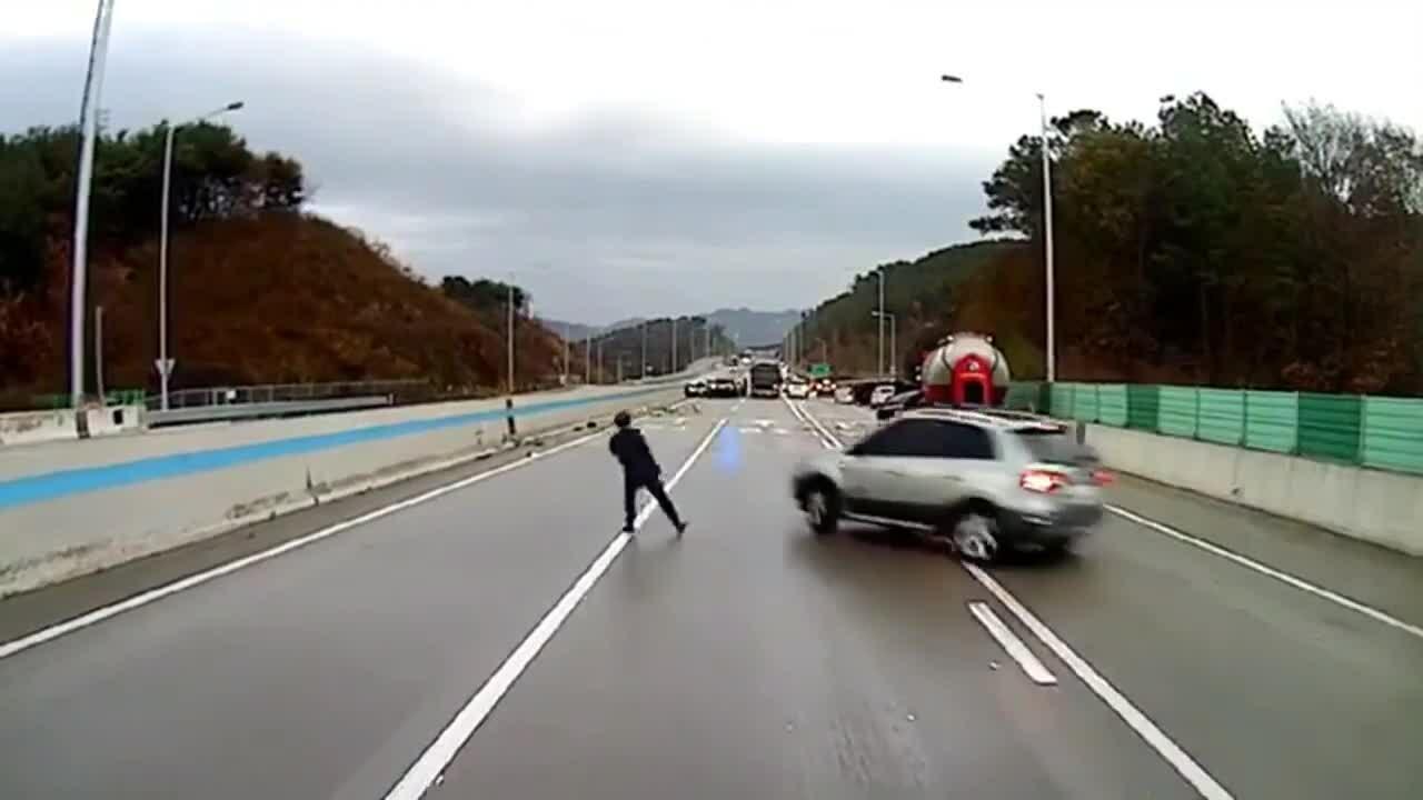 Người đàn ông tháo chạy trước ôtô mất lái