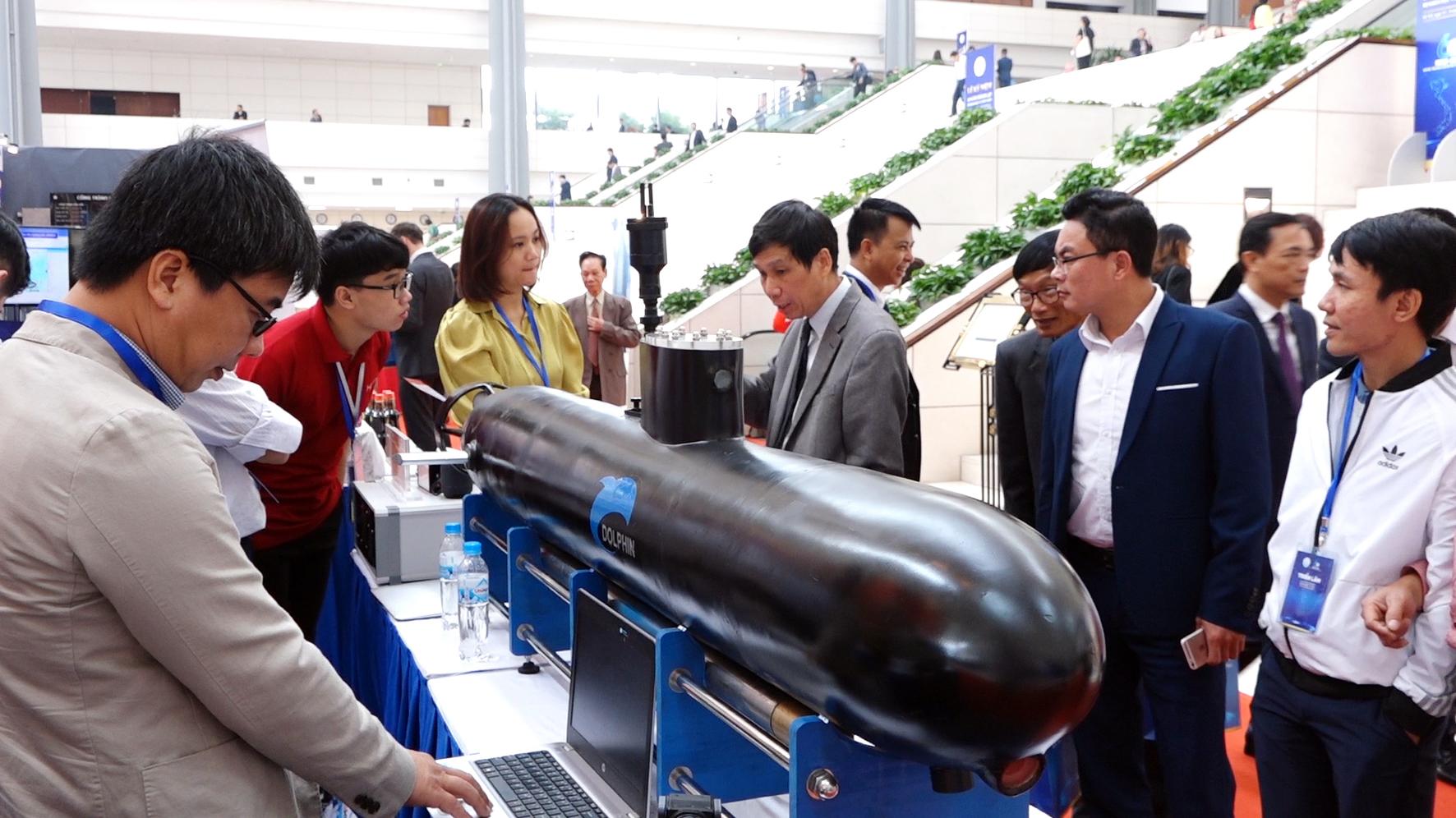 Máy bay tàu ngầm mô hình tại triển lãm ứng dụng KHCN