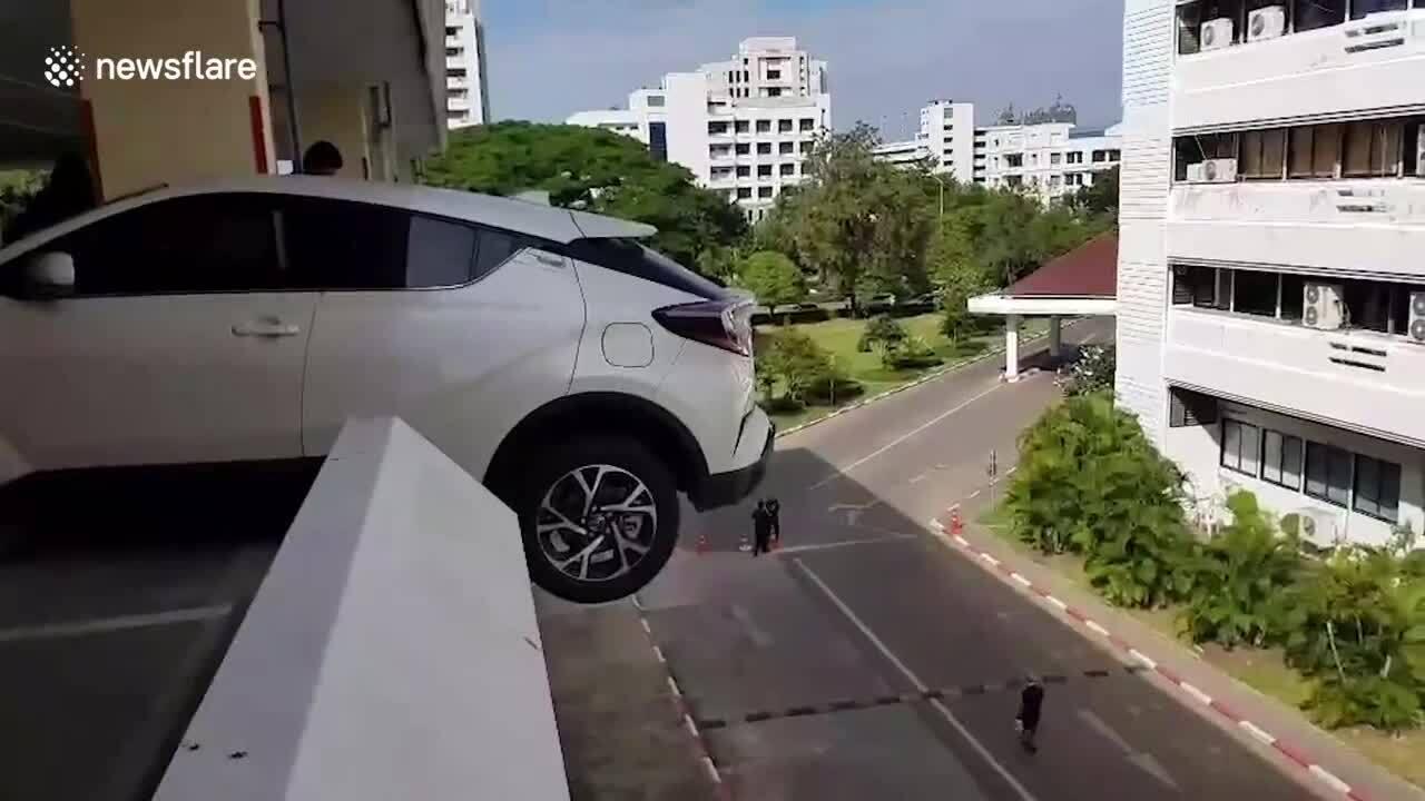 Ôtô suýt rơi từ tầng cao do tài xế nữ nhầm chân ga
