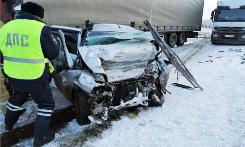 Ôtô đấu đầu xe tải, gia đình năm người thiệt mạng