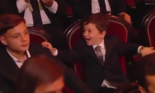 Con trai Messi ăn mừng Quả bóng Vàng của bố