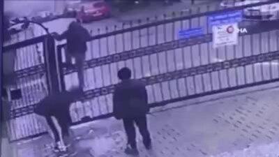 Người đàn ông gặp sự cố khó đỡ khi đang trèo rào