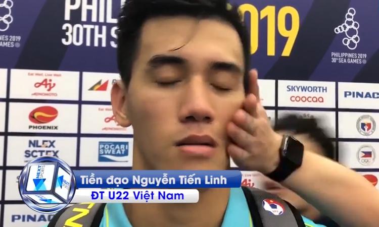 Tiến Linh bị nựng má khi trả lời phỏng vấn