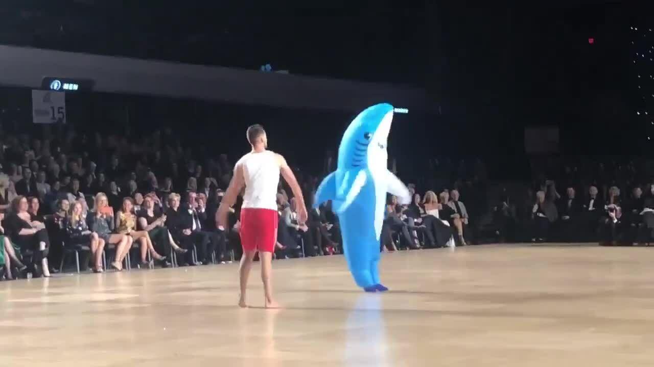 Cặp đôi lấy Baby Shark làm chủ đề cho cuộc thi Dance Sport