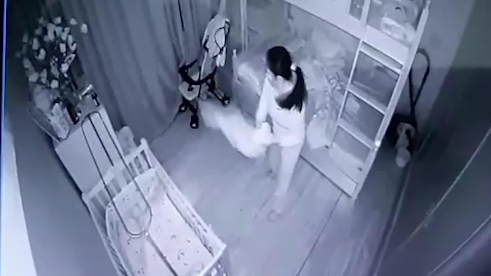 Bé gái bị người giúp việc dốc ngược