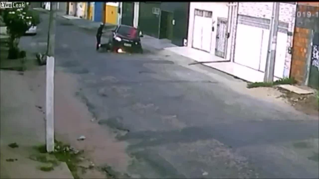 Tài xế lái ôtô chèn lên xe máy của hai kẻ cướp