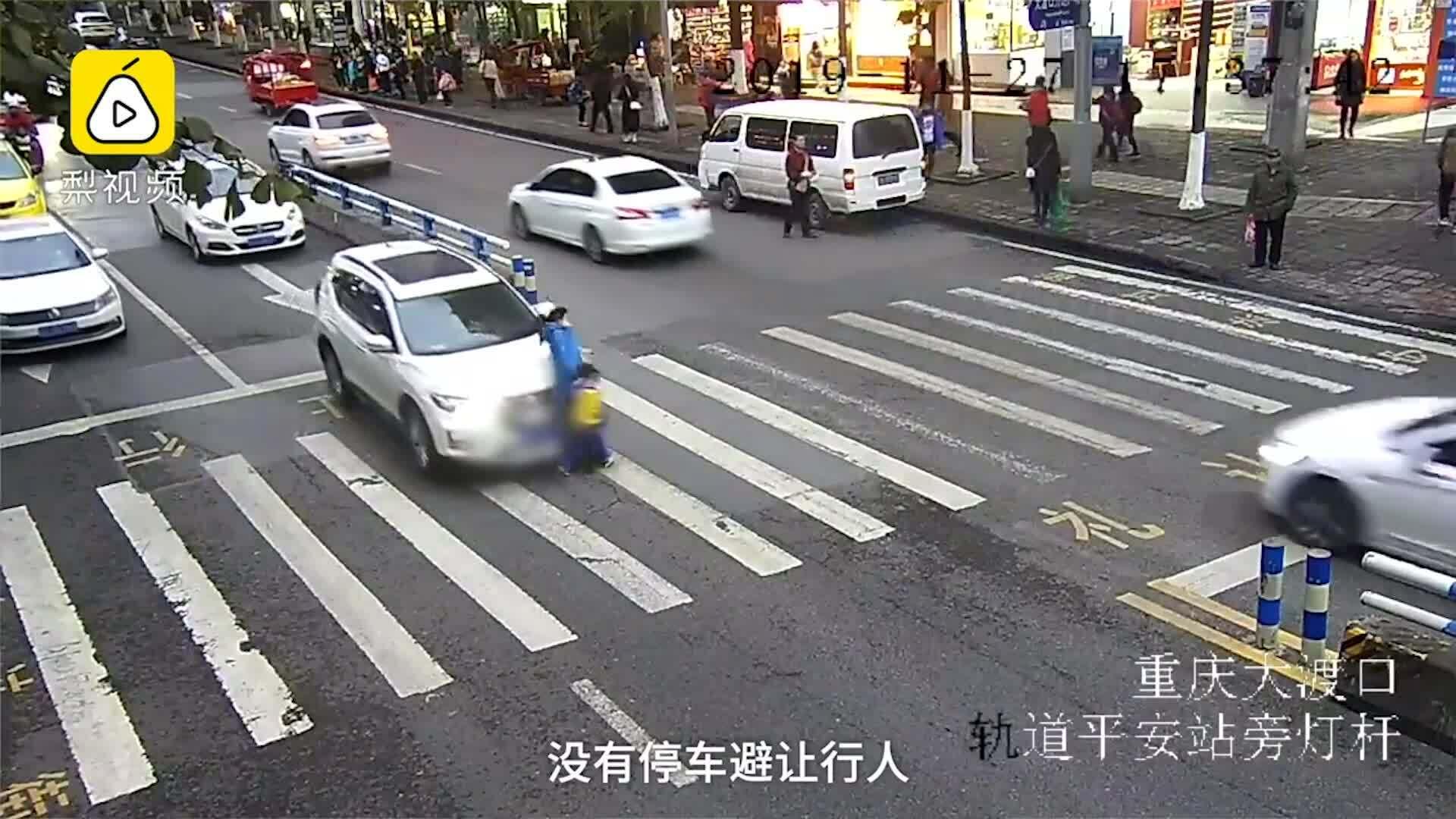 Cậu bé 'đá' ôtô sau khi đâm người mẹ ngã