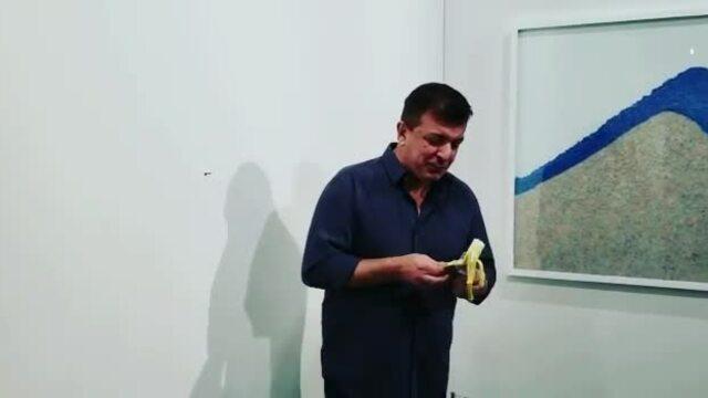 Quả chuối dán tường 12.000 USD đã bị ăn