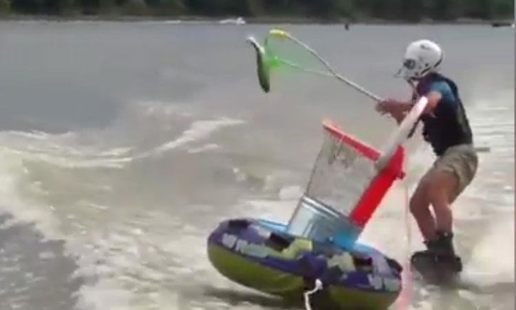 Vừa lướt sóng vừa bắt cá