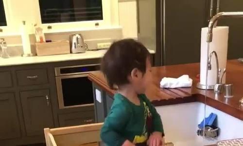 Hai con nhỏ của Mark Zuckerberg rửa bát