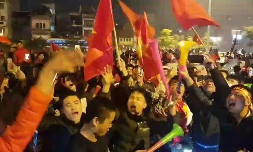 Người hâm mộ ăn mừng trên cầu Chương Dương