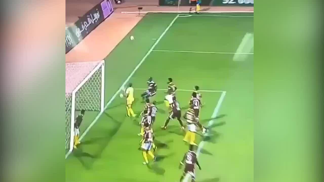 Cầu thủ đen đủi khi bị đồng đội ngăn bàn thắng
