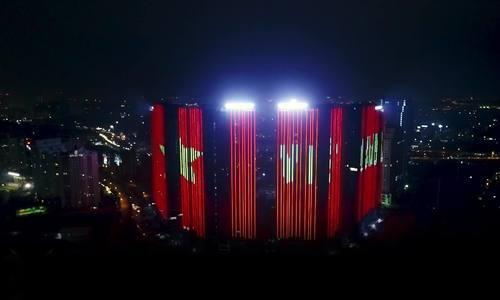 Sunshine Group thắp cờ đỏ trên các toà nhà đón đội tuyển Việt Nam