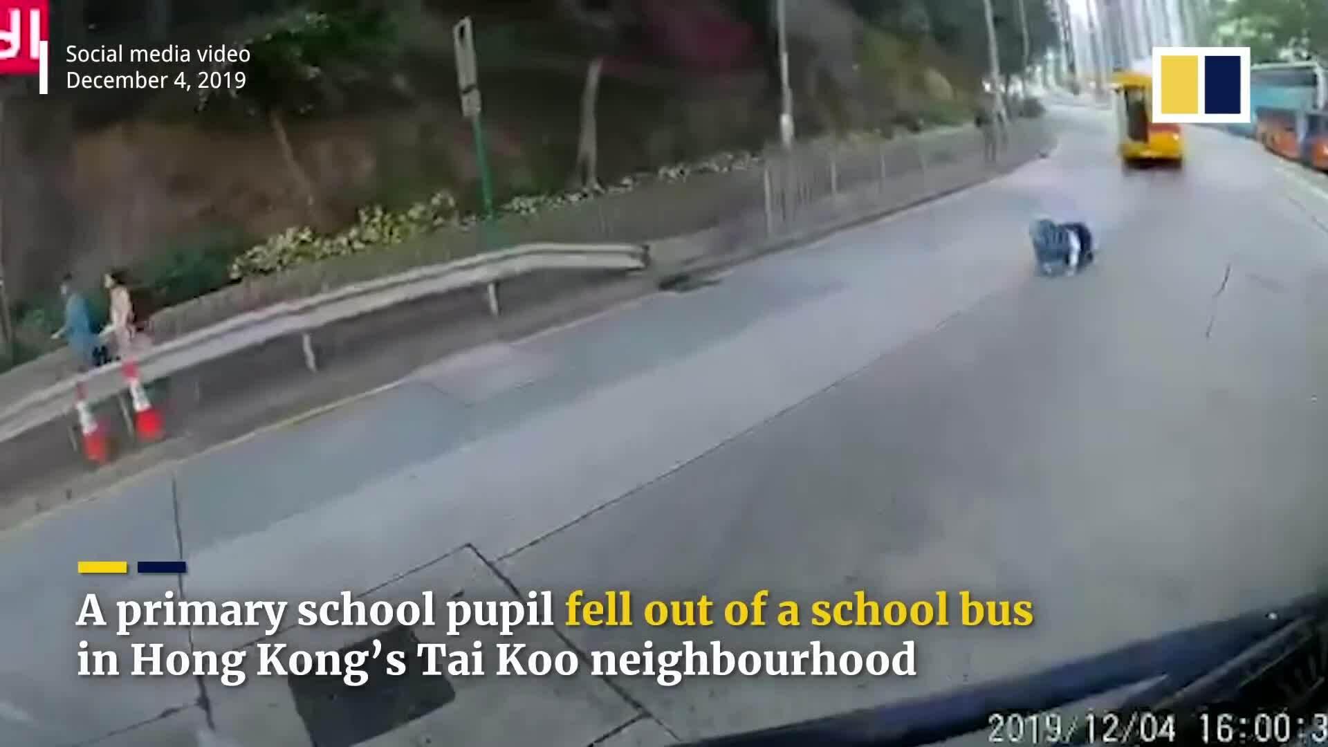 Hong Kong điều tra vụ học sinh ngã khỏi xe buýt trường học