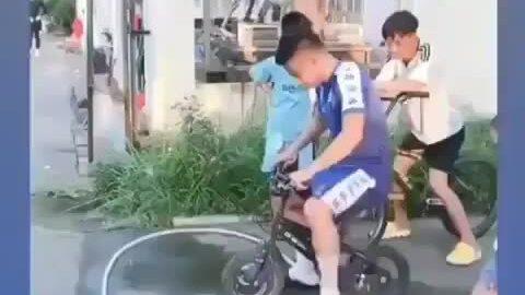 Quang Hải nghịch ngợm chạy xe đạp trẻ em
