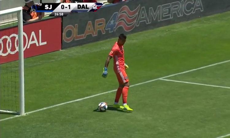 Thủ môn bị thủng lưới vì chơi chân thảm họa