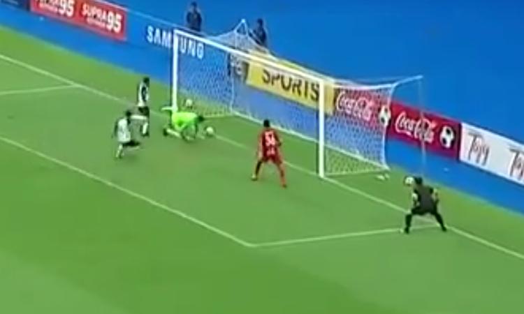 Ham lừa bóng, thủ môn biếu không bàn thắng cho đối thủ