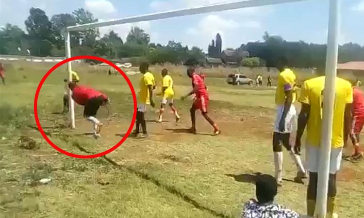 Thủ môn đưa bóng vòng qua sau khung thành