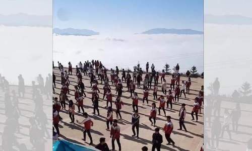 Học sinh tập thể dục giữa biển mây