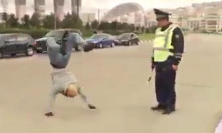 Cảnh sát ngơ ngác vì người đi đường tuân thủ luật giao thông