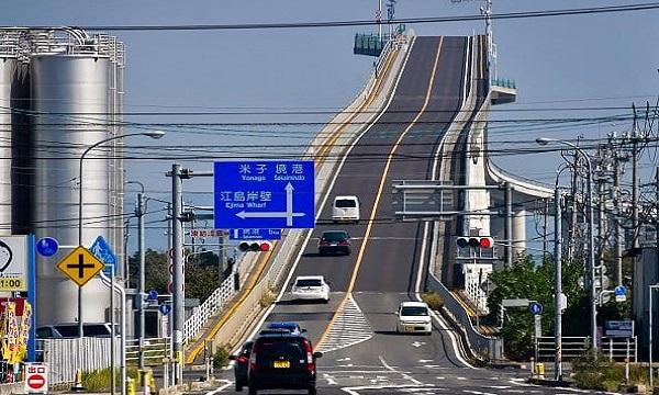 Cây cầu dốc đứng như đường tàu lượn siêu tốc