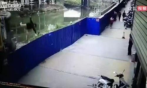 Tài xế nhảy khỏi xe cẩu đang đổ nhanh như cắt