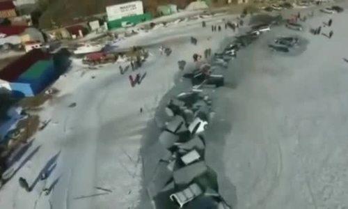 Băng tan nhấn chìm loạt ôtô (VIDEO)