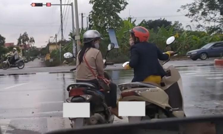 Hai nữ 'ninja' dừng ngay ngã tư buôn chuyện
