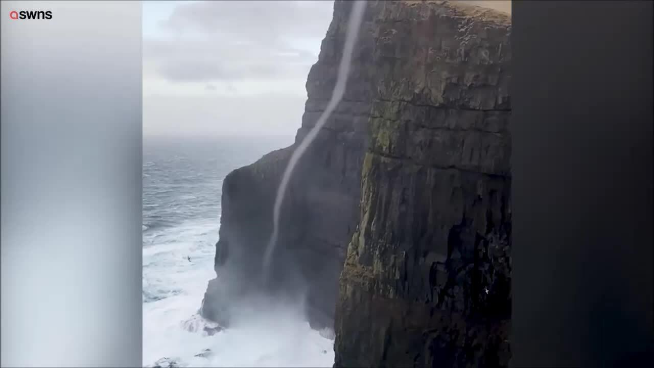 Cột nước xoáy cao 470 m vươn lên đỉnh vách đá