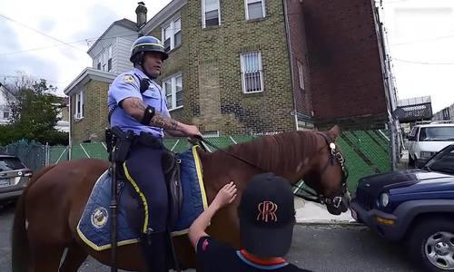 Tại sao cảnh sát một số nơi ở Mỹ vẫn tuần tra trên lưng ngựa? [Tết]