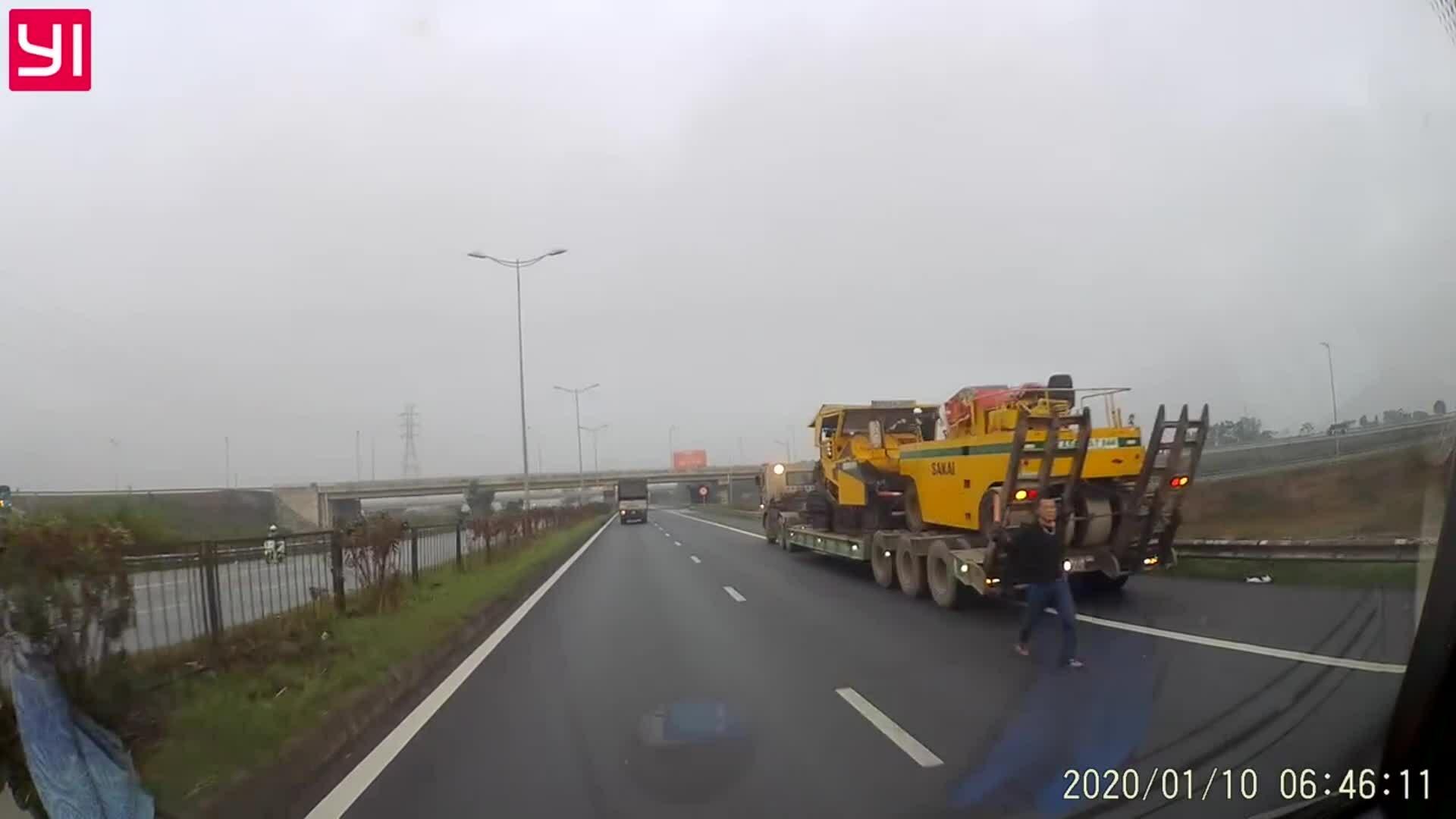 Xe rơ-moóc lùi trên đường quốc lộ