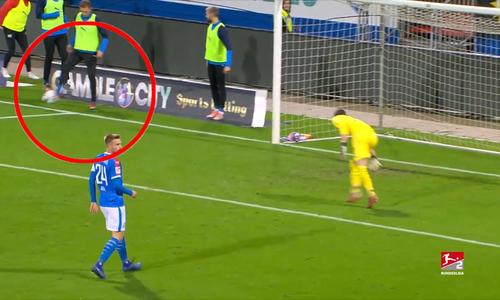 Cầu thủ dự bị khiến đội nhà nhận bàn thua vì dùng chân đỡ bóng