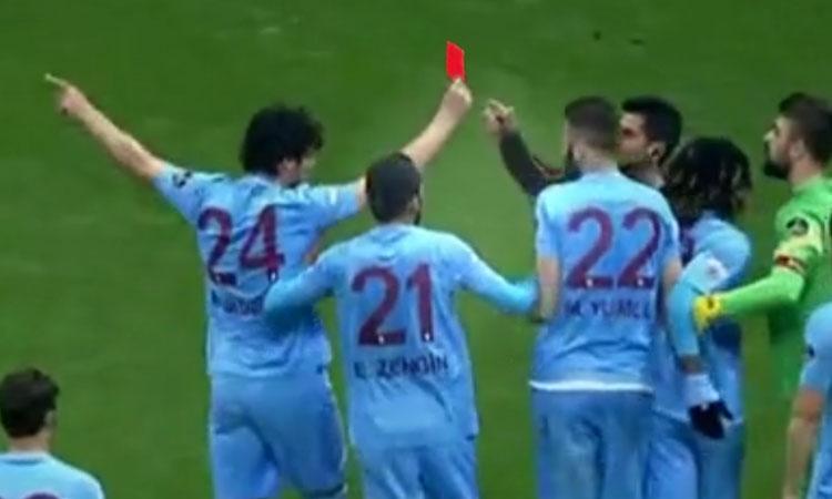 Cầu thủ nhặt thẻ đỏ, đuổi trọng tài khỏi sân