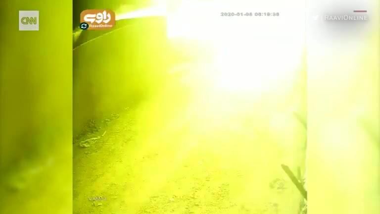 Khoảnh khắc máy bay chở 176 người phát nổ
