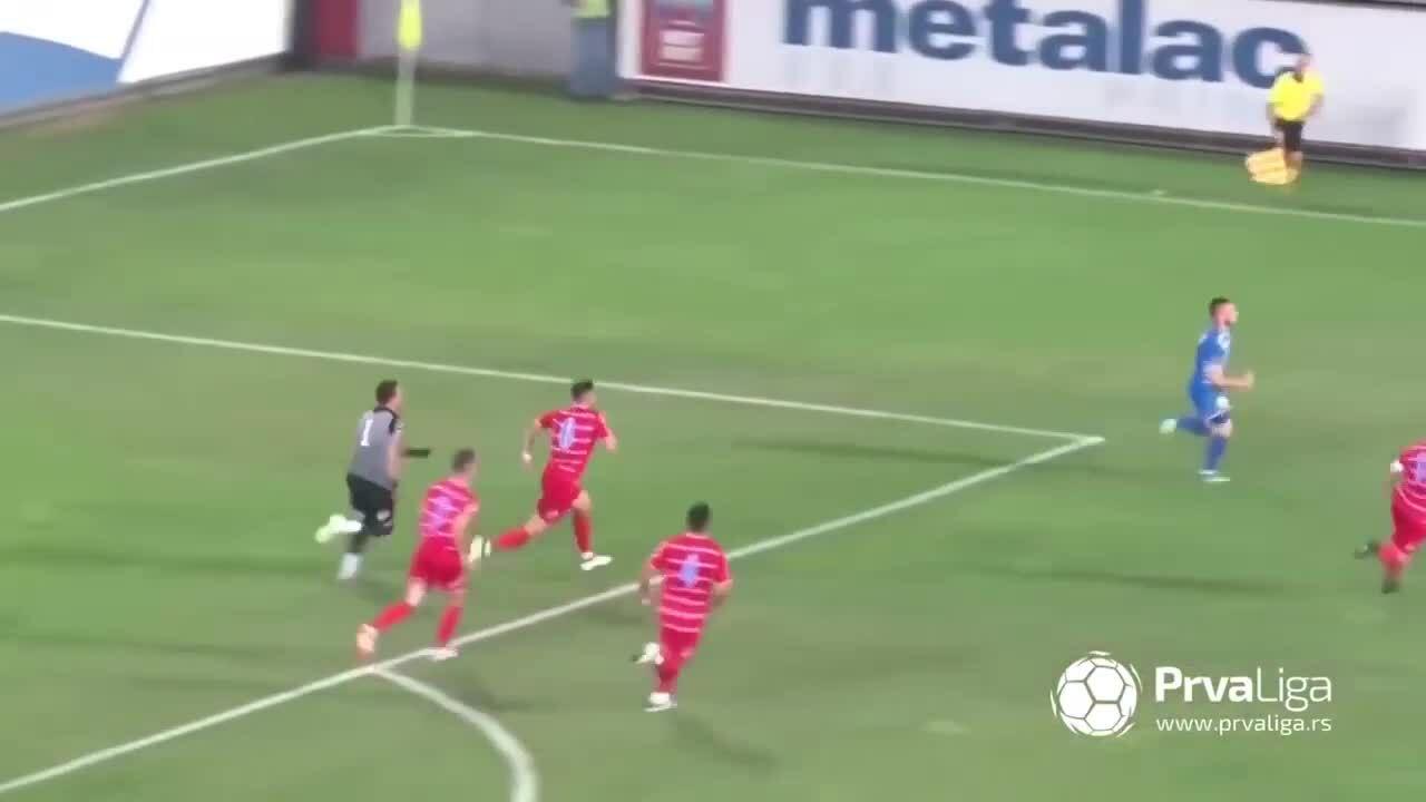 Cầu thủ chạy thục mạng vì sút tung lưới đối phương