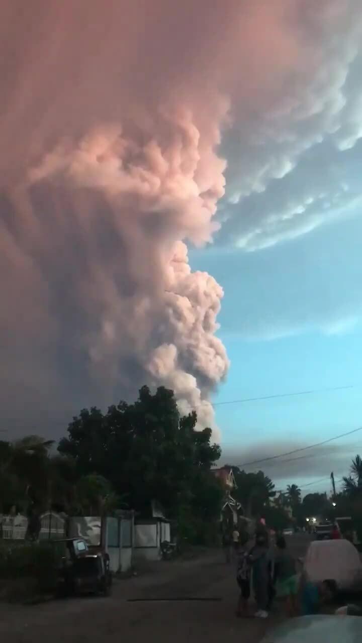Núi lửa phun cột tro bụi cao hơn một km