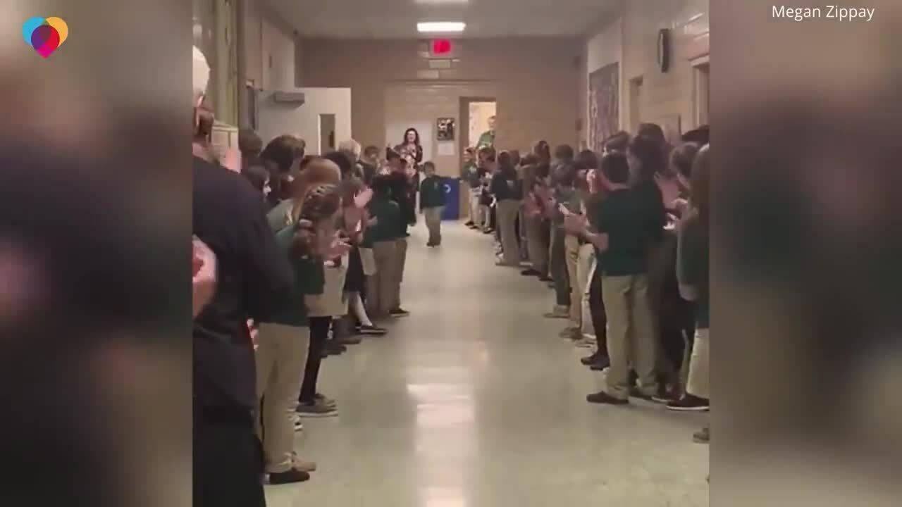 Cậu bé mắc ung thư được bạn cùng lớp chào đón khi về trường