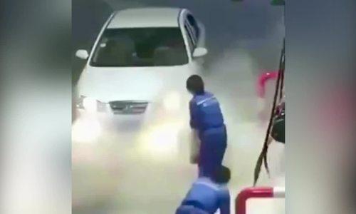 Dùng bình cứu hỏa xịt vào ôtô vì tưởng cháy