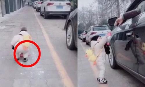 Em bé nhặt rác trả lại tài xế ôtô