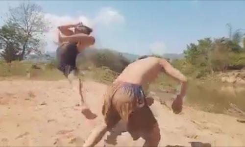 Hai thanh niên tỉ thí võ thuật như phim hành động