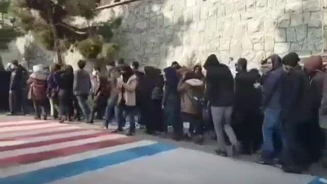 Người Iran tránh giẫm lên cờ Mỹ