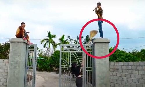 Anh chàng vác loa trèo lên cổng nhà tán gái